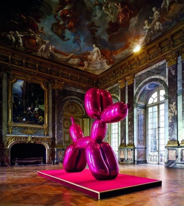 Le célèbre Balloon Dog, en violet, à Versailles.
